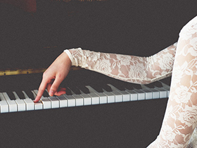 弹钢琴的基本要求