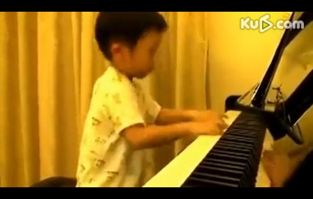 四岁男孩弹钢琴,大师水准!