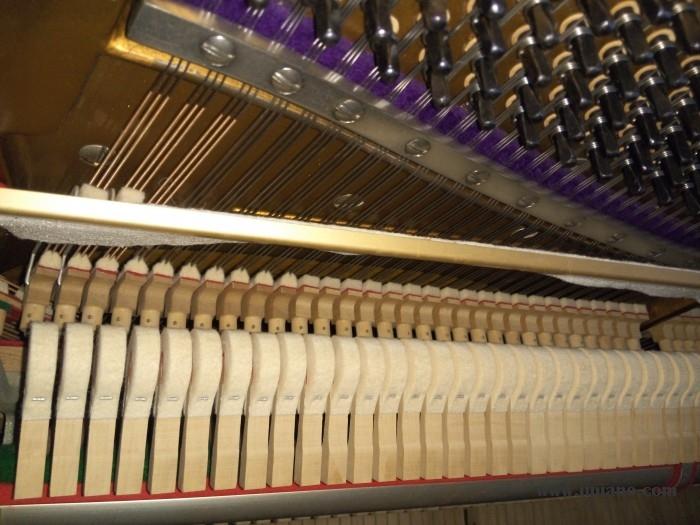 日本原装进口精品二线BELTON FU50 编号37823 伯雅上海伯雅二手钢琴厂是国内最早经营二手钢琴的厂家之一,专注于日本原装进口二手琴,早在八年前就开始从事二手钢琴加工,销售、租赁与回收业务,随着业务量扩大,现已经成为上海乃至全国最大的二手钢琴实体仓储式卖场,全厂库存常年保持700台,YAMAHA,KAWAI,APOLLO,ATLAS,MIKI等各种品牌,型号齐全,只有您没见过的,没有我们没有的! 上海伯雅二手钢琴采用低成本,低价格,高质量的经营战略,在采用低成本的网络推广及采用价格较低的厂房式实体店销售同时,也能保证钢琴价格最低,前店后厂模式能让消费者清清楚楚看到二手钢琴维护整理的规范,从而保证每一台钢琴出厂质量! 为了方便客户能够在购买时更加了解二手钢琴,我们特意安排专业选琴师全程一对一服务,根据客户预算帮助客户挑选最适合自己的钢琴,由专业评估人员对每一台琴进行项目评分,让客户明白消费,开心用琴。除了让消费享受到购买新钢琴所能享受的保修服务之外,伯雅二手钢琴还推出了回收政策,凡是伯雅钢琴所出售的钢琴,不用了均可以根据当时市场价值回收,这更令消费者买的放心,用着舒心!钢琴 精品推荐